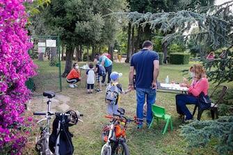 Alcuni bambini partecipano al centro estivo organizzato in un parco dalla scuola per l'infanzia ''In Crescendo'', Roma 15 giugno 2020. ANSA/FABIO FRUSTACI