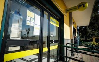 Lo sportello del Caf  in occasione della prima giornata in cui si può presentare la domanda per il reddito di cittadinanza a Pomigliano D'Arco, 6 Marzo 2019.   ANSA/CESARE ABBATE
