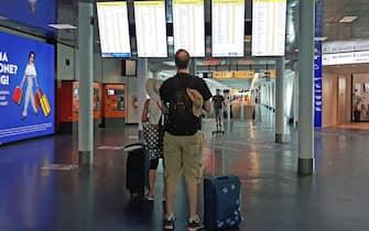 Consistente anche in questo secondo fine settimana di agosto il flusso di turisti all'aeroporto di Fiumicino, sia in partenza per raggiungere le località delle vacanze, sia in arrivo, in particolare dall'Europa.