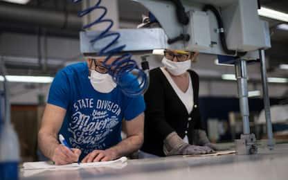 Istat, fatturato e ordini industria dimezzati