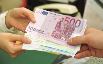 399154 03: A South Korean bank employee gives change in euro banknotes January 2, 2002 at the headquarters of the Korea Exchange Bank in Seoul, South Korea. South Korea brought in 40 million dollars worth of euro cash last month for the currency changeover. (Photo by Chung Sung-Jun/Getty Images)