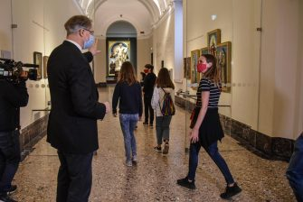 Il direttore generale della Pinacoteca di Brera  James Bradburne accoglie i primi visitatori -  Riapertura Pinacoteca di Brera dopo la chiusuyra per il lockdown causato dal coronavirus Covid-19 , Milano 9 Giugnoo 2020  Ansa/Matteo Corner