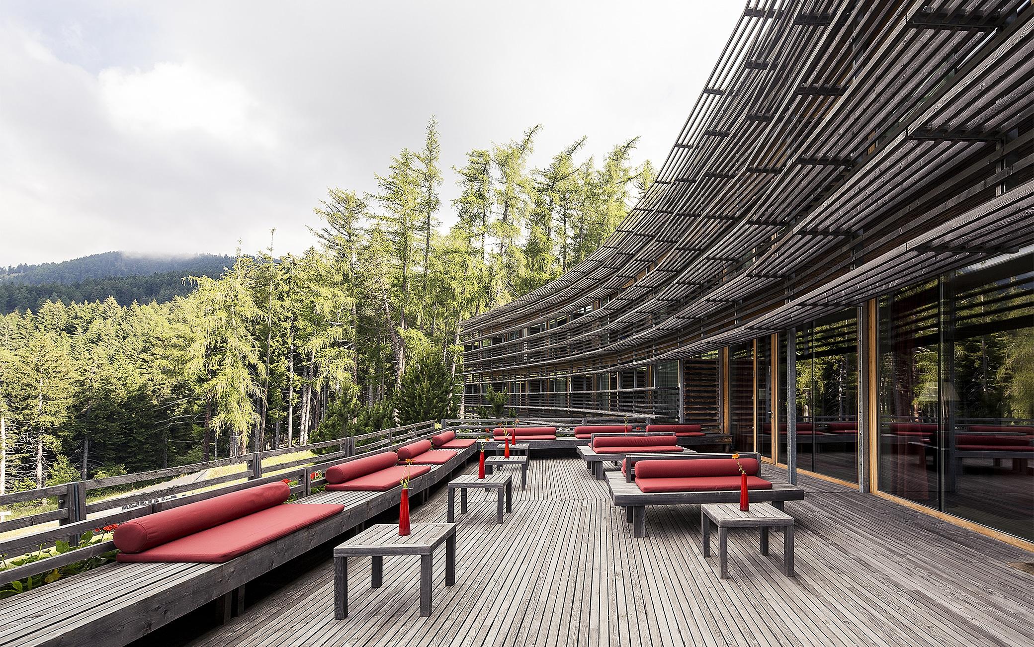 La terrazza-solarium del Vigilius Mountain Resort in Trentino