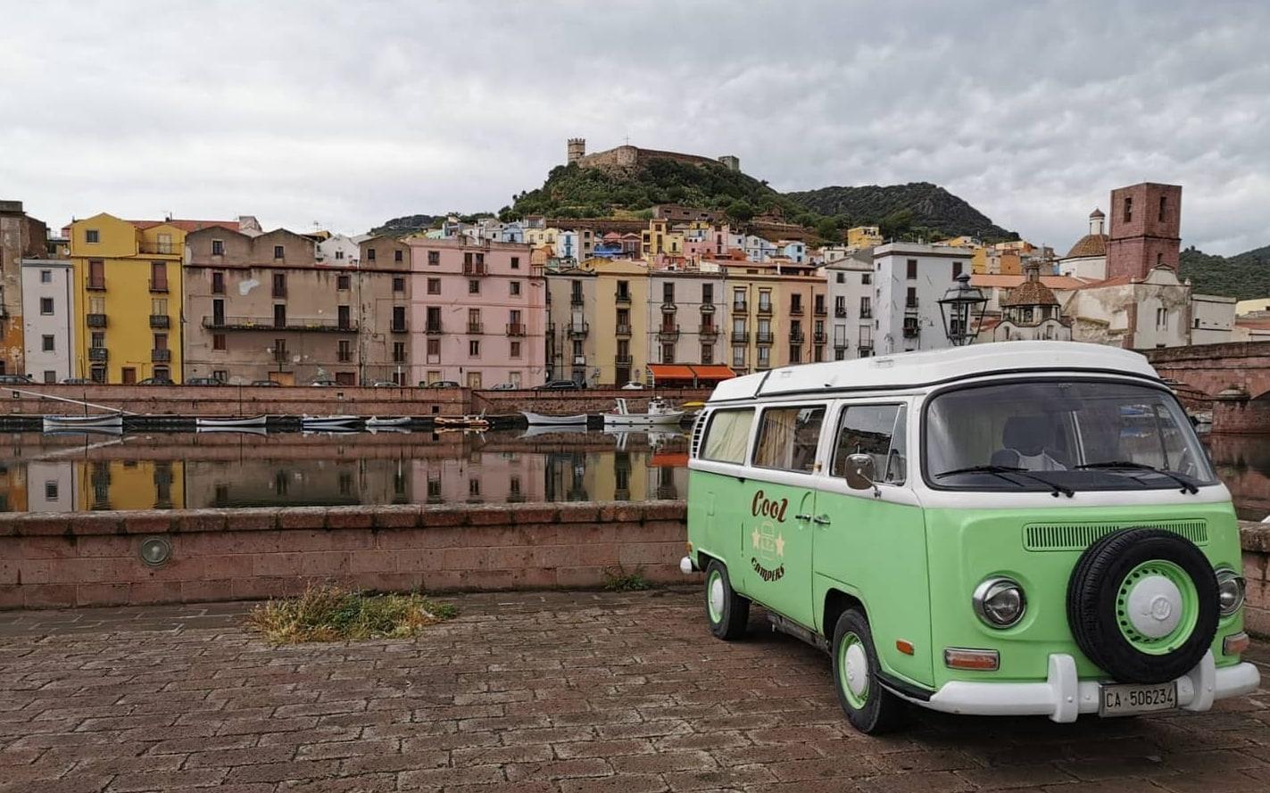 Uno dei mezzi storici di Cool Campers, in Sardegna