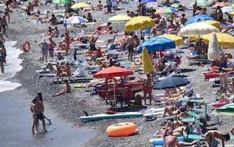 Spiagge libere molto affollate nonostante gli ingressi contingentati a numero chiuso sulle spiagge libere genovesi, Genova, 21 giugno 2020. ANSA/LUCA ZENNARO