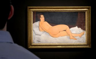 """04 May 2018, USA, New York: A visitor looking at the painting """"Nu couché (Reclining Nude)"""" by the Italian painter Amedeo Modigliani. Modigliani's painting of a nude was auctioned off for 157 million dollars (about 132 million euros). The painting from 1917 gave the auction house Sotheby's, founded in London in 1744, its highest price yet. Photo: Johannes Schmitt-Tegge/dpa - ATTENTION: editorial use only in connection with the latest coverage and only if the credit mentioned above is referenced in full (New York - 2018-05-04, Johannes Schmitt-Tegge / IPA) p.s. la foto e' utilizzabile nel rispetto del contesto in cui e' stata scattata, e senza intento diffamatorio del decoro delle persone rappresentate"""