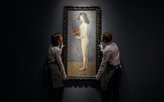 epaselect epa06546847 Gallery assistants pose with the painting 'Fillette a la corbeille fleurie' (Girl with flower basket) by Spanish artist Pablo Picasso during a photocall for the Impressionist and Modern Art Evening Sale at Christie's auction house in London, Britain, 20 February 2018. The sale takes place on 27 February.  EPA/TOLGA AKMEN