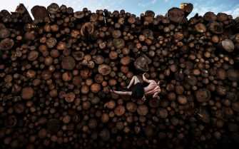 epa09137093 A handout photo made available by World Press Photo (WPP) organization shows a picture by Adam Pretty, winner of the Sports - First Prize Singles category in the World Press Photo 2021 Contest as it was announced by World Press Photo on 15 April 2021.   Georg climbs a log pile while training for bouldering, in Kochel am See, Bavaria, Germany, on 15 September.   Bouldering entails climbing on small rock formations and boulders of usually no more than six meters in height, without ropes or harnesses. Historically, it began as a training activity for more ambitious climbing and mountaineering pursuits, but has evolved into a sport in its own right. Rock-climbing gyms and sports facilities in Munich were closed as a result of the ongoing COVID-19 pandemic, so athletes had become creative in their training methods.  EPA/Adam Pretty / Getty Images / WPP /  HANDOUT NO CROPPING / NO MANIPULATING / USE ONLY FOR SINGLE PUBLICATION IN CONNECTION WITH THE WORLD PRESS PHOTO AND ITS ACTIVITIES HANDOUT EDITORIAL USE ONLY/NO SALES