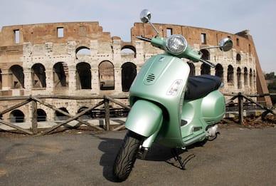 Vespa, l'iconico scooter di Piaggio compie 75 anni