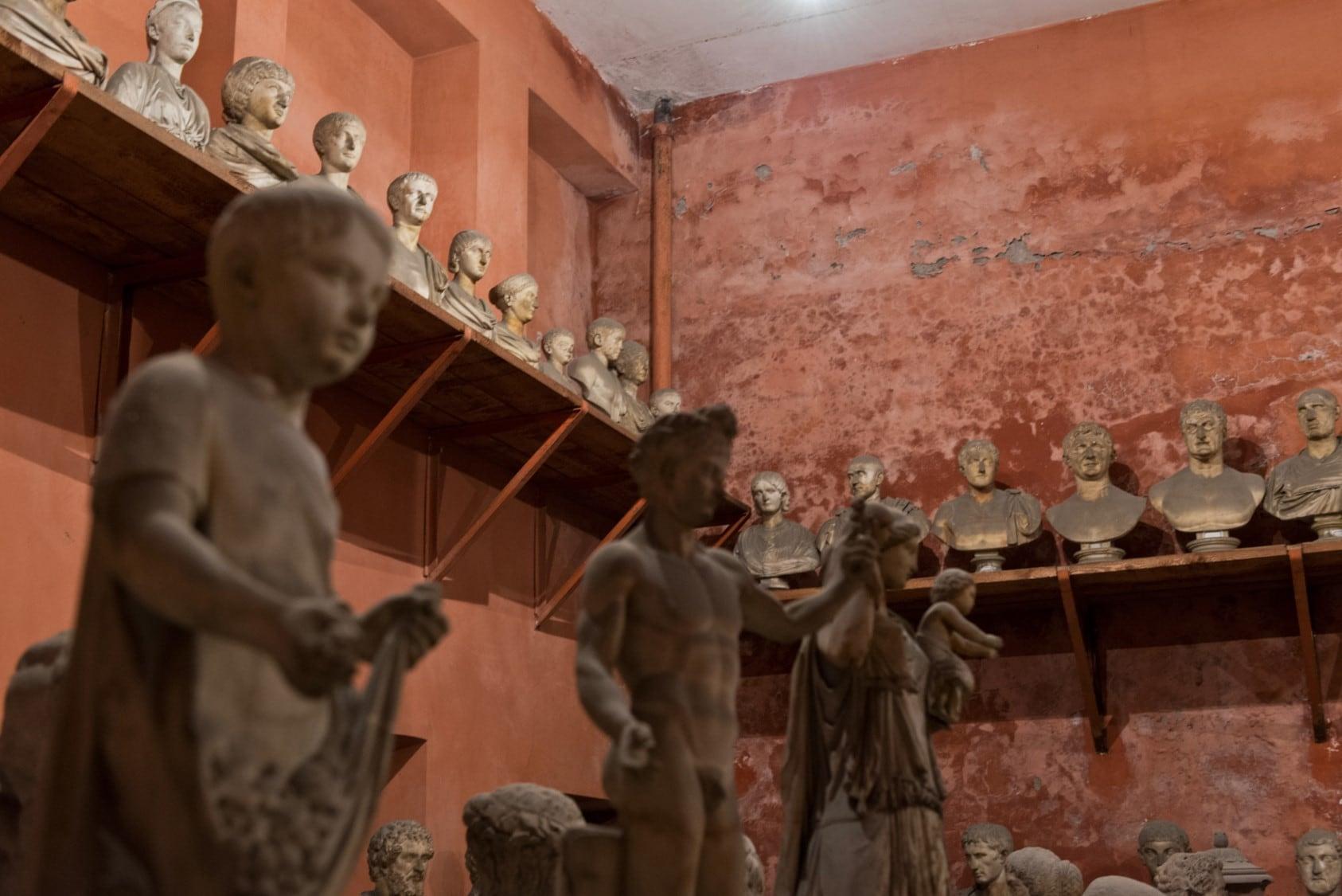 I busti dei 120 imperatori stipati sulla scansie del magazzino a Trastevere