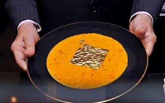 Milano - lo chef Gualtiero Marchesi con il suo famoso risotto allo zafferano con foglia d'oro