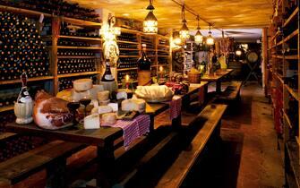 Cibo e vino tipici italiani in una cantina