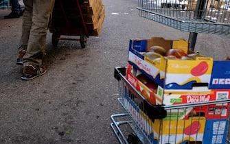 Via Termopili, una associazione raccoglie cibo durante il mercato per poi ridistribuirlo alle persone in difficolta (Milano - 2016-12-09, Luca Matarazzo) p.s. la foto e' utilizzabile nel rispetto del contesto in cui e' stata scattata, e senza intento diffamatorio del decoro delle persone rappresentate