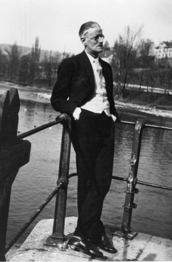 Irish novelist, short-story writer and poet James Augustine Aloysius Joyce (1882 - 1941) in Zurich.   (Photo by Hulton Archive/Getty Images)