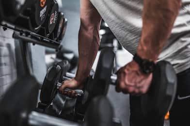 I migliori cinque esercizi per allenare i bicipiti con i manubri