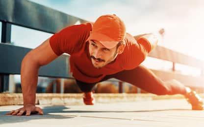 Allenamento braccia, 3 esercizi senza pesi da fare a casa