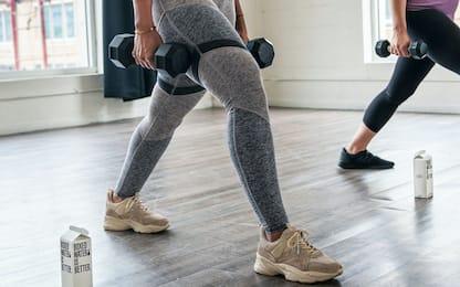 Glutei, i migliori 5 esercizi con pesi da fare a casa