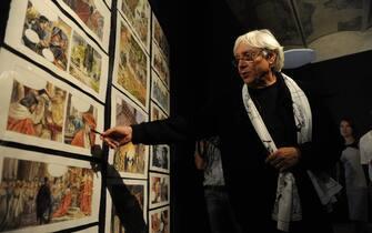 Milo Manara davanti ad alcune sue opere durante l'inaugurazione della mostra '' Le stanze del desiderio '' nel Complesso museale Santa Maria della Scala a Siena, 30 settembre 2011. Al fumettista italiano, la città dedica la prima antologica della carriera.  ANSA / MAURIZIO DEGL'INNOCENTI