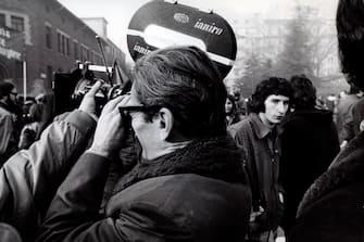 [Retrospettiva] Pier Paolo Pasolini - Pasolini che riprende una manifestazione ( - 2010-04-01, / IPA) p.s. la foto e' utilizzabile nel rispetto del contesto in cui e' stata scattata, e senza intento diffamatorio del decoro delle persone rappresentate