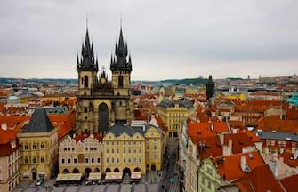 LA CITTA' DI PRAGA CAPITALE DELLA  REPUBBLICA CECA. VISTA AEREA DEL CENTRO DELLA CITTA'  (130912) -- PRAGUE, Sept. 12, 2013 () -- The photo taken on Sept. 2, 2013 shows the Tyn Church in the old town in Prague, capital of Czech Republic, As home to a number of famous cultural attractions, the extensive historic centre of Prague has been included in the UNESCO World Heritage List since 1992. In the course of the 1100 years of its existence, Prague°às development can be documented in the architectural expression of many historical periods and their styles. (/Zhou Lei) (Praga - 2013-09-13, xinhua photoshot) p.s. la foto e' utilizzabile nel rispetto del contesto in cui e' stata scattata, e senza intento diffamatorio del decoro delle persone rappresentate