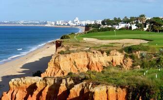 In foto un tratto di costa dell'Algarve