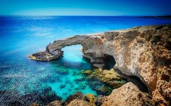 Nell'immagine un arco di roccia naturale nei pressi di Ayia Napa, sull'isola di Cipro