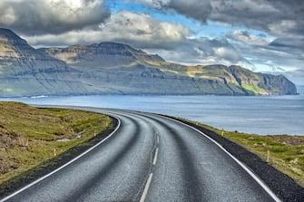 Nella foto un'autostrada circondata dallo splendido paesaggio delle Isole Faer Oer
