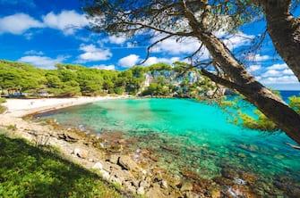 Nell'immagine una delle spiagge di Minorca, nel Mare delle Baleari