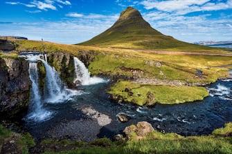 Nella foto la montagna Kirkjufell, situata nella penisola islandese di Snaefellsness, con le cascate in primo piano.