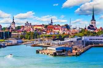 Nella foto una panoramica di Tallin in Estonia