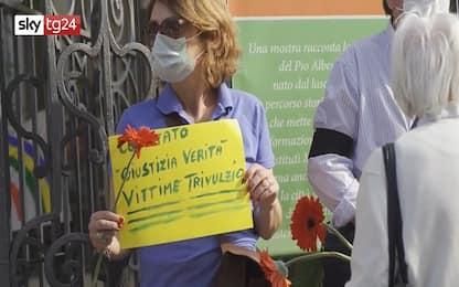 Coronavirus Milano, flash mob parenti anziani davanti al Trivulzio