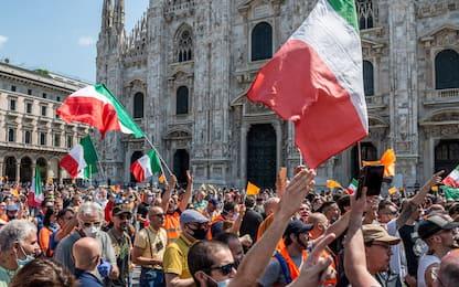 Milano, manifestazione dei gilet arancioni in piazza Duomo. VIDEO