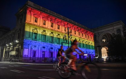 Milano,  Pride: Palazzo Marino si illumina con colori arcobaleno