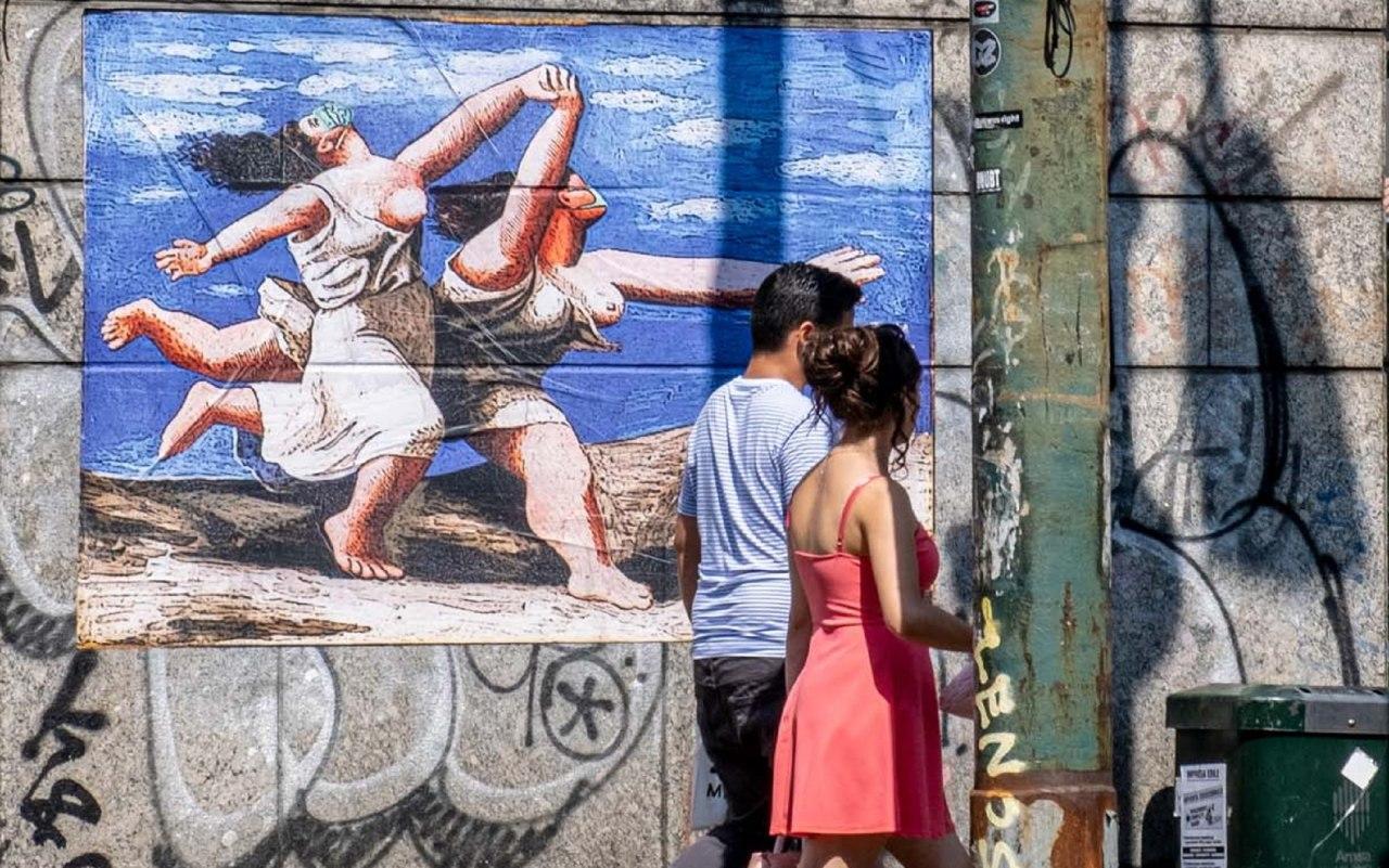"""Covid-19 Milano, opera street art in via Tadino: """"Le bagnanti ai tempi del Covid"""""""