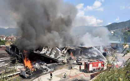 Incendio a Leffe, in fiamme un'azienda tessile: non ci sono feriti