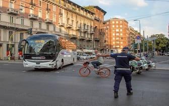 Polizia Municipale effettua rilievi nel punto in cui un centauro ed un autobus si sono scontrati in Corso Buenos Aires, Milano, 27 Agosto 2020. ANSA/ANDREA FASANI