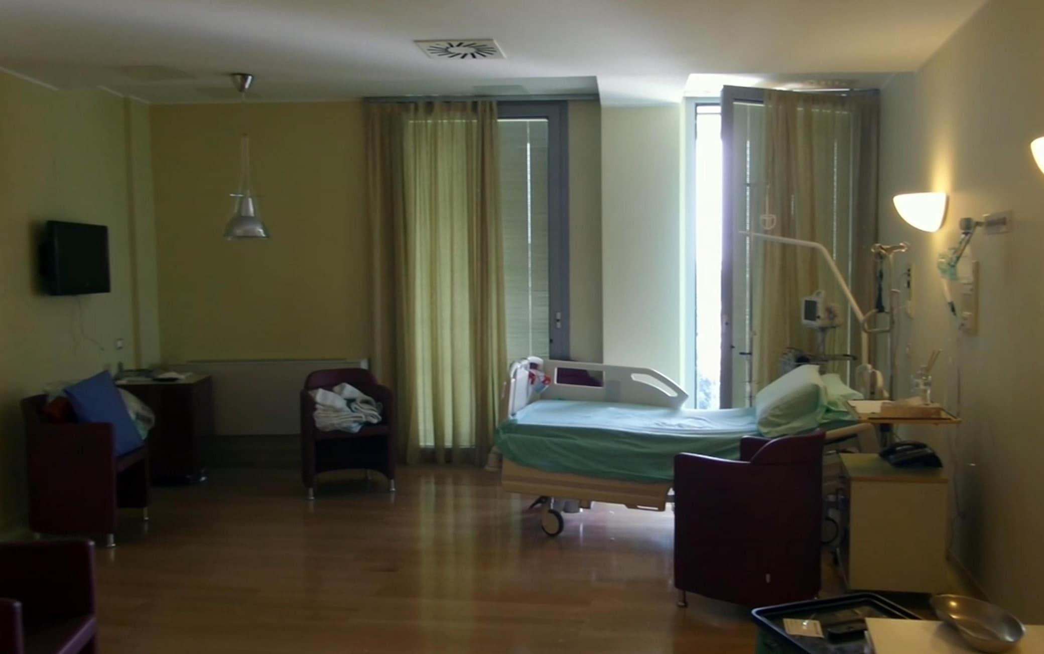 Un fermo immagine tratto da un video di Alanews mostra la stanza del leader di Forza Italia Silvio Berlusconi all'ospedale San Raffaele dove era ricoverato dal 7 giugno scorso per un intervento di sostituzione della valvola aortica a Milano, 5 luglio 2016. ANSA/ALANEWS