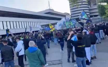 Milano, folla di tifosi per Inter e Milan fuori da San Siro. VIDEO