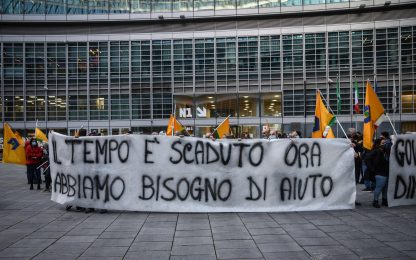 Covid, protesta degli ambulanti sotto Palazzo Lombardia. VIDEO
