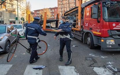 Incidente a Milano, ciclista travolto da un camion: è grave