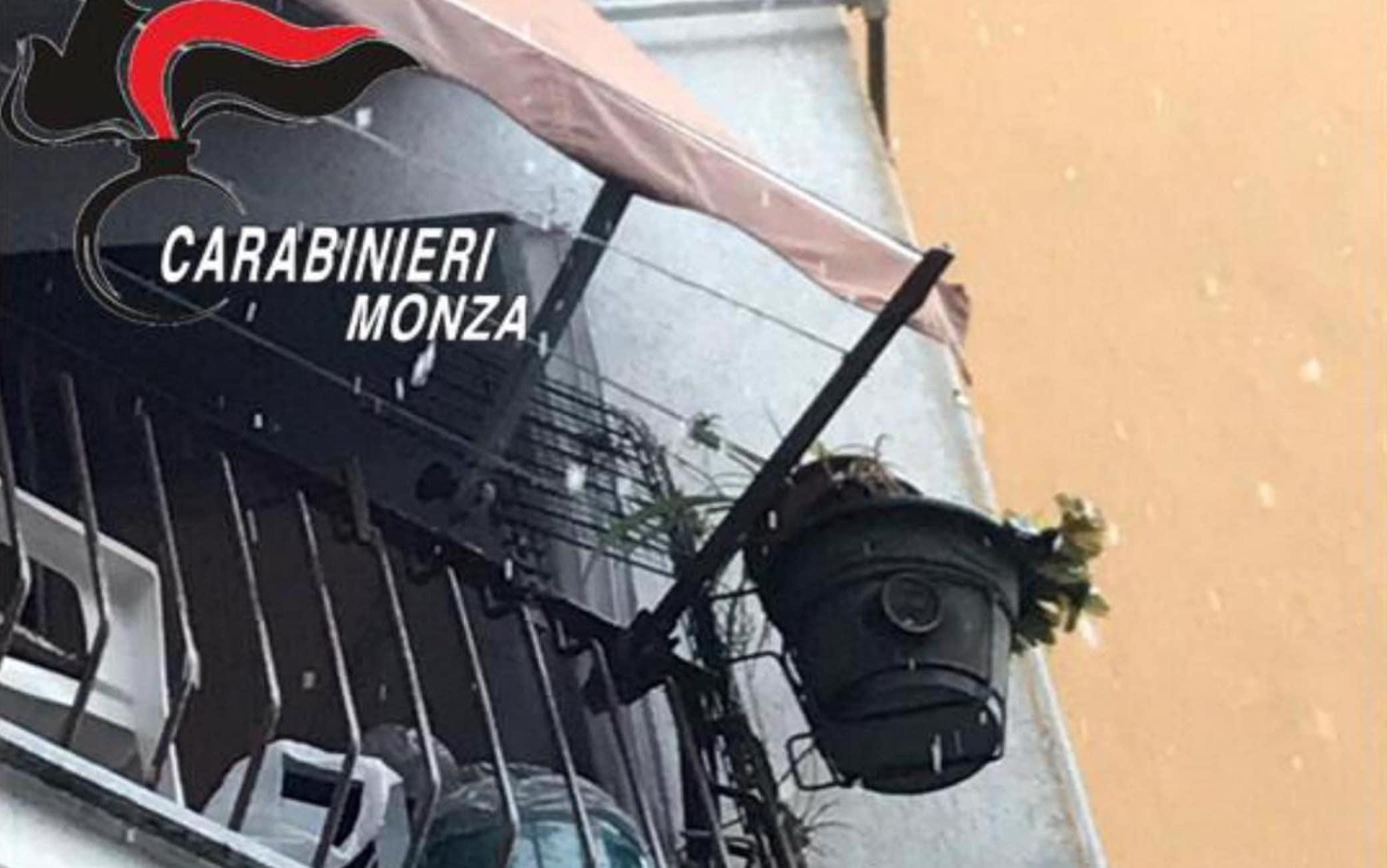 Un sistema di videosorveglianza con anche una telecamera in un vaso per tenere sotto controllo l'ingresso di una casa a Seregno (Monza), da dove due spacciatori gestivano un giro di cocaina. Lo hanno scoperto i carabinieri che, proprio monitorando l'attività dei due pusher, entrambi 64 enni, sono arrivati alle loro abitazioni, una delle quali dotata di telecamere per prevenire controlli di Polizia. In una cantina in disuso nella palazzina di uno dei due i militari hanno trovato e sequestrato anche una bomba artigianale caricata con mezzo chilo di esplosivo, con 40 centimetri di miccia detonante e ritenuta potenzialmente micidiale tanto da richiedere l'intervento degli artificieri. Sull'ordigno sono in corso indagini, Monza, 4 Dicembre 2020. ANSA/US/CARABINIERI