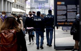 Controlli della Polizia di Stato e della Polizia Locale nell'ultimo sabato prima di Natale durante l'emergenza Coronavirus a Milano, 19 dicembre 2020.   ANSA/Mourad Balti Touati