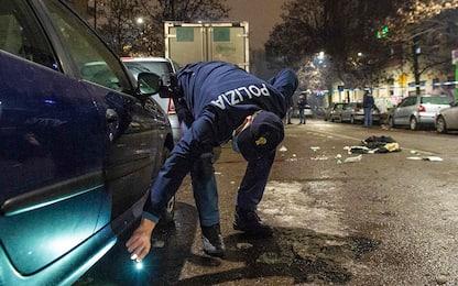 Milano, spara e ferisce due uomini durante lite: ricercato da polizia