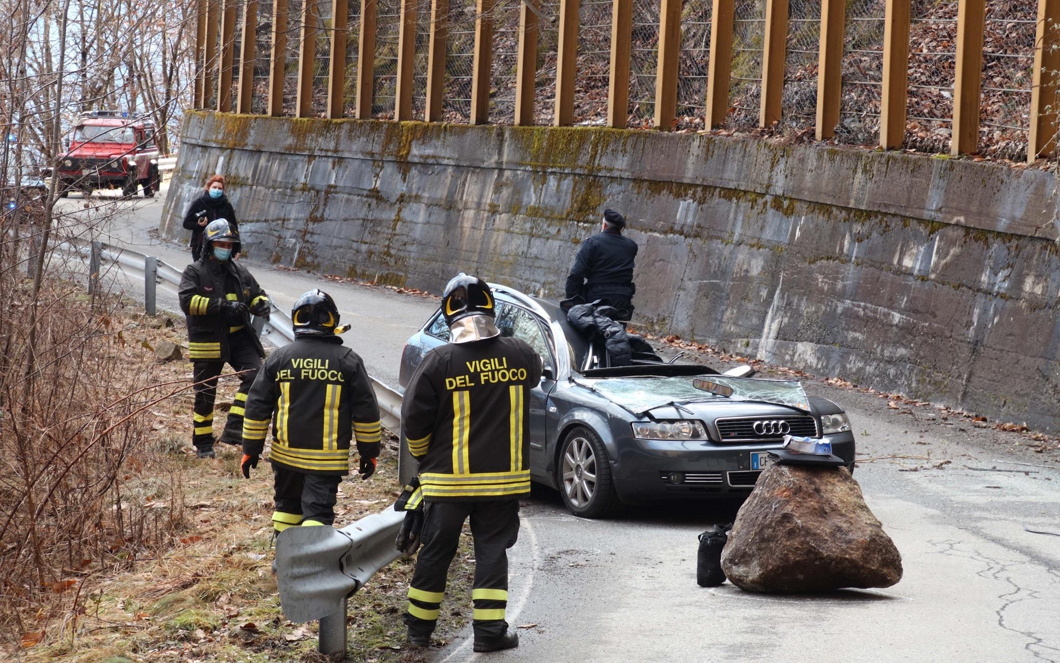 Soccorritori sul luogo dove un masso si è staccato dalla montagna e ha travolto un auto, uccidendo la persona che si trovava all'interno a Civo, 8 febbraio 2021.ANSA/ANP
