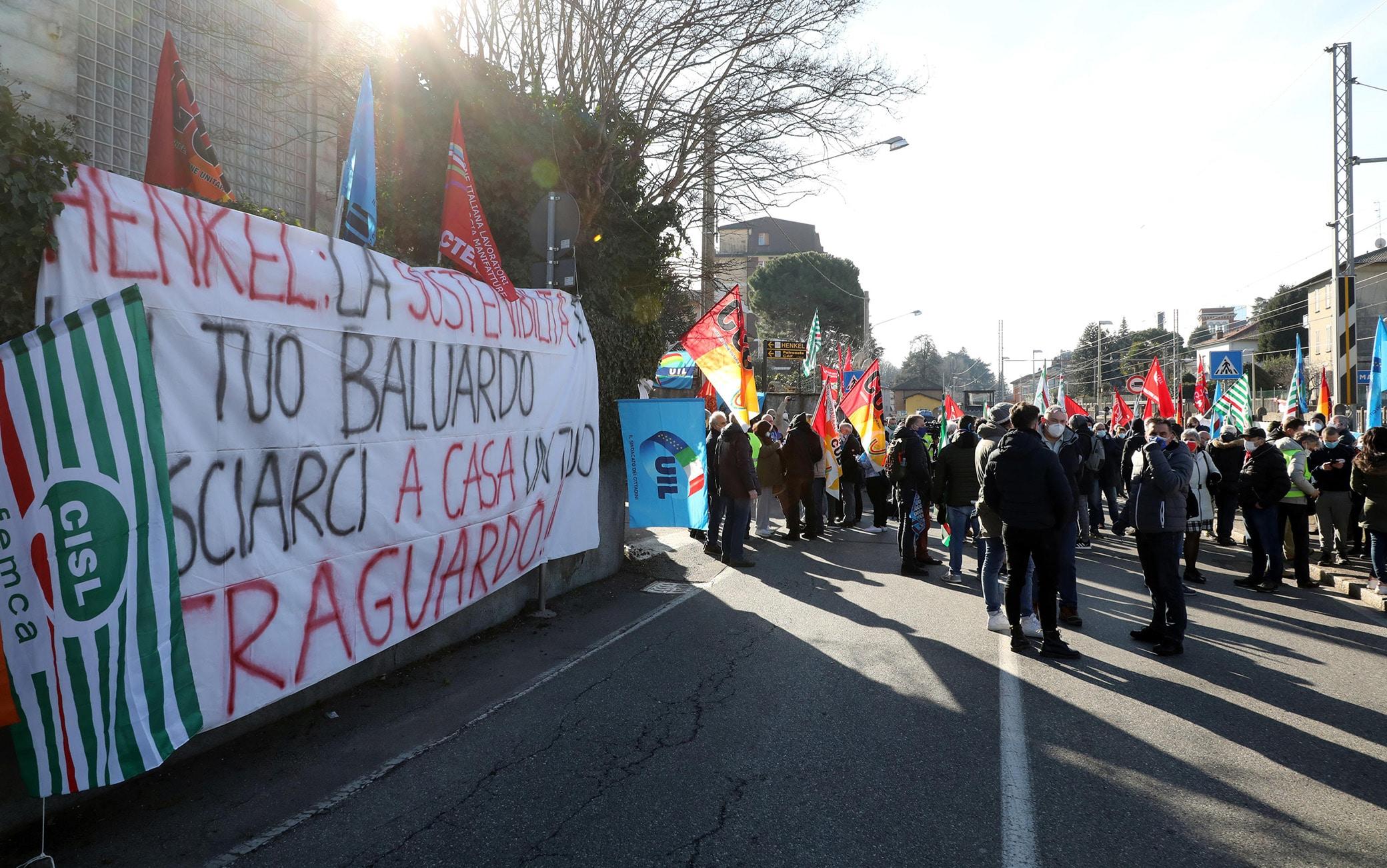 I lavoratori dello stabilimento di Lomazzo della Henkel protestano davanti alla fabbrica. La multinazionale tedesca ha comunicato l'intenzione di fermare la produzione. A rischio ci sono 160 posti di lavoro.  Lomazzo, Como,  16 Febbraio  2021.ANSA / MATTEO BAZZI