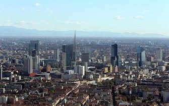 Una veduta di Milano, con lo skyline dei grattacieli di Porta Nuova, ripresa dalla Torre Isozaky che sorge nel quartiere Citylife, 22 ottobre 2014. ANSA / MATTEO BAZZI