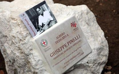 """Milano, asportata targa dedicata a Pinelli. Anpi: """"Comune la rimetta"""""""