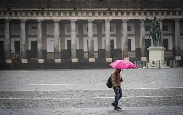 Cittadini napoletani si riparano dalla incessante pioggia a Napoli 21 Dicembre 2019 ANSA/CESARE ABBATE/