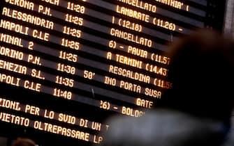 Passeggeri in attesa osservano i tabelloni che mostrano i ritardi a causa del deragliamento di un Frecciarossa sulla linea Milano Bologna alla Stazione Centrale di Milano, 6 febbraio 2020.ANSA/Mourad Balti Touati