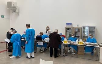 Un gruppo di persone anziane sta per vaccinarsi contro il Covid-19